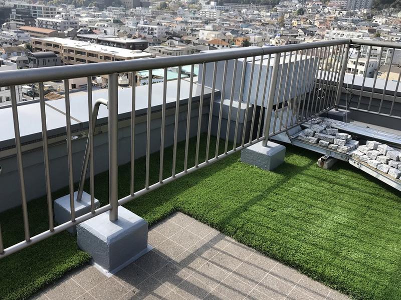 兵庫県神戸市ビル 屋上に人工芝を敷かせていただきました