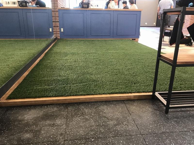 大阪府高槻市フィットネスクラブ様 室内に人工芝施工しました