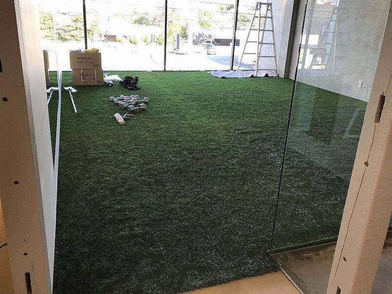 大阪府大阪狭山市 フィットネスジム様 室内に人工芝施工しました
